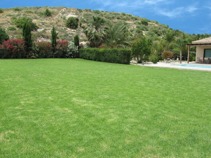 Gorgeous Bungalow by Pissouri Bay, with private big pool , landcaped Garden.wifi