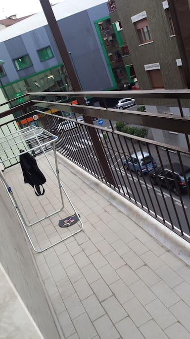 ampio balcone che affaccia su strada