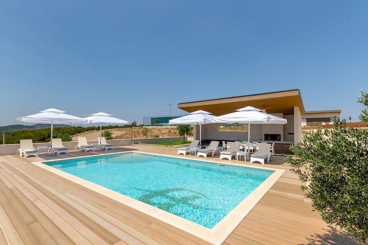 Amazing Luxurious Villa in the Quiet Surroundings