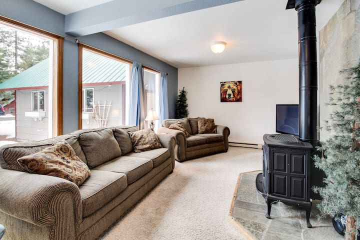 Dog-friendly, cozy,  retreat just one mile from Payette Lake & town!
