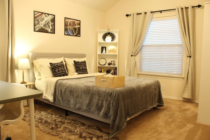 AMAZING Room near Six Flags, SeaWorld, UTSA