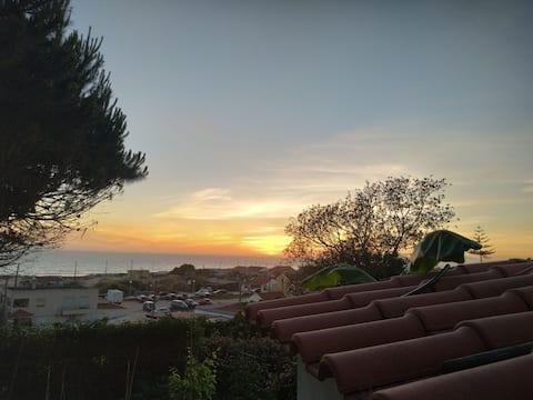 Casa de praia com vista deslumbrante para o mar.