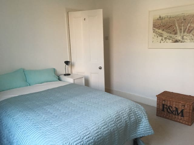 Double bedroom off Chiswick High Road.