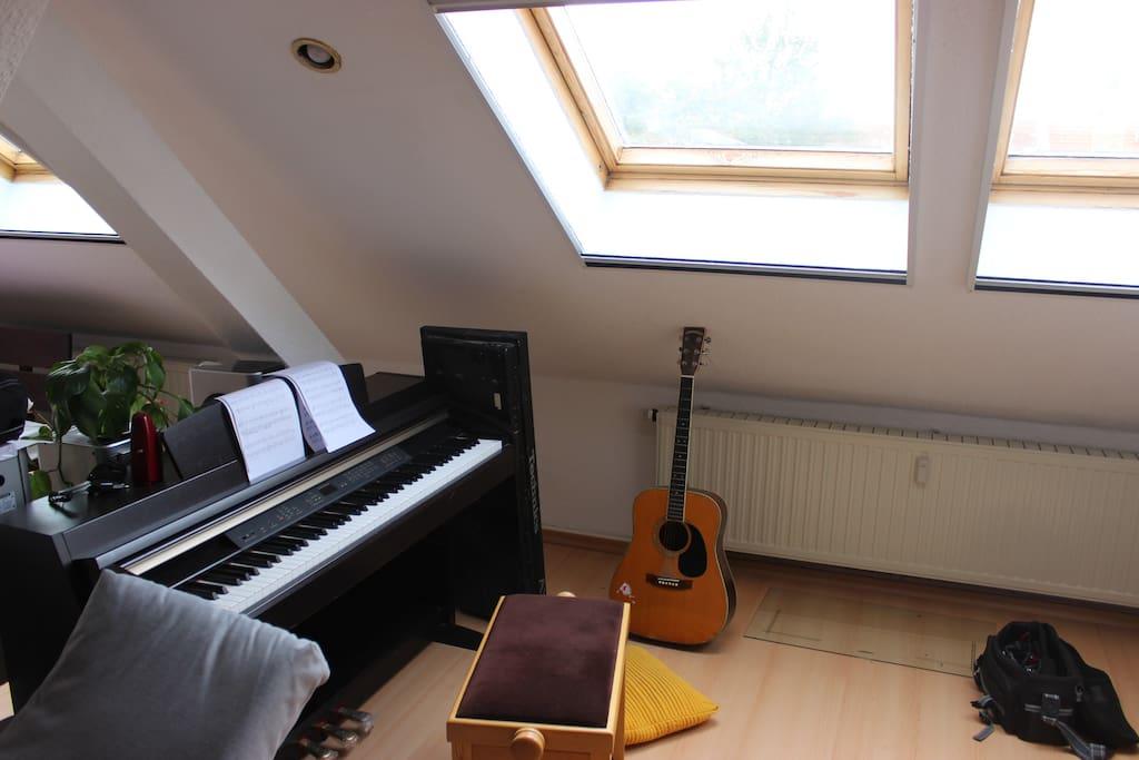 Klavier und Gitarre unter den Dachfenstern
