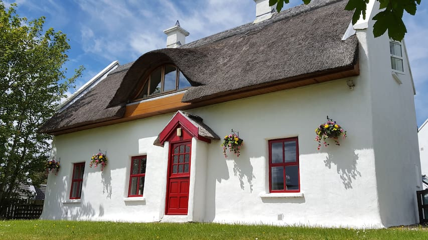 Thatched cottage on Wild Atlantic Way,  lounge with turf fire, skylounge lake & mountains views, 4 bedrooms, kingsize beds, 2 bathrooms, kitchen & dining room, 2 mins walk to village bar/restaurant, 10 mins to blue flag beach. Stay, Relax, Enjoy.