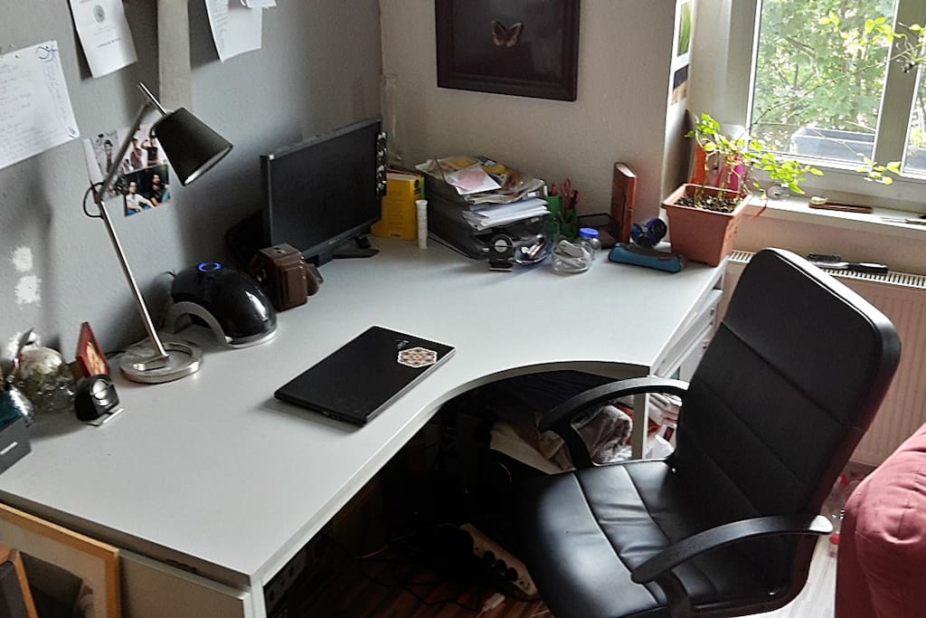 Huge Desk to work, with screen and Hifi-Stereo