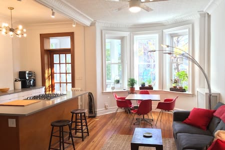 Historic and Sun Drenched 2 Bedroom w Backyard - Ridgewood - Lakás