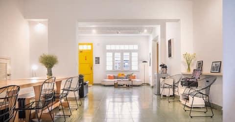 Hostal met terras + café met gratis WIFI in Downtown