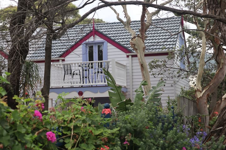 Unique treetop beachside guesthouse in Thirroul