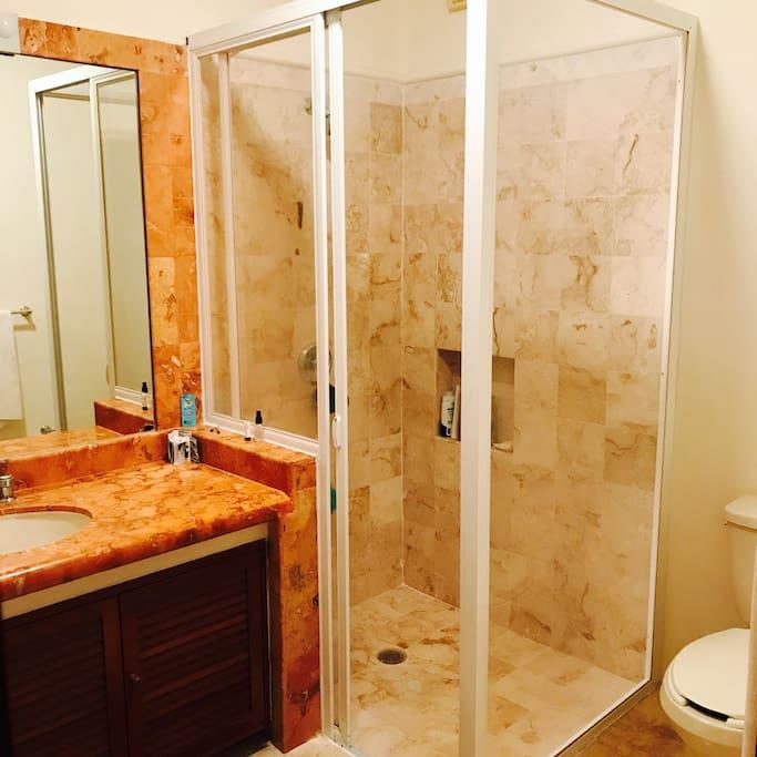 El baño es privado y completo
