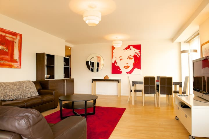 Stylish in Grand Canal Dock with a water view - Dublin - Apartment