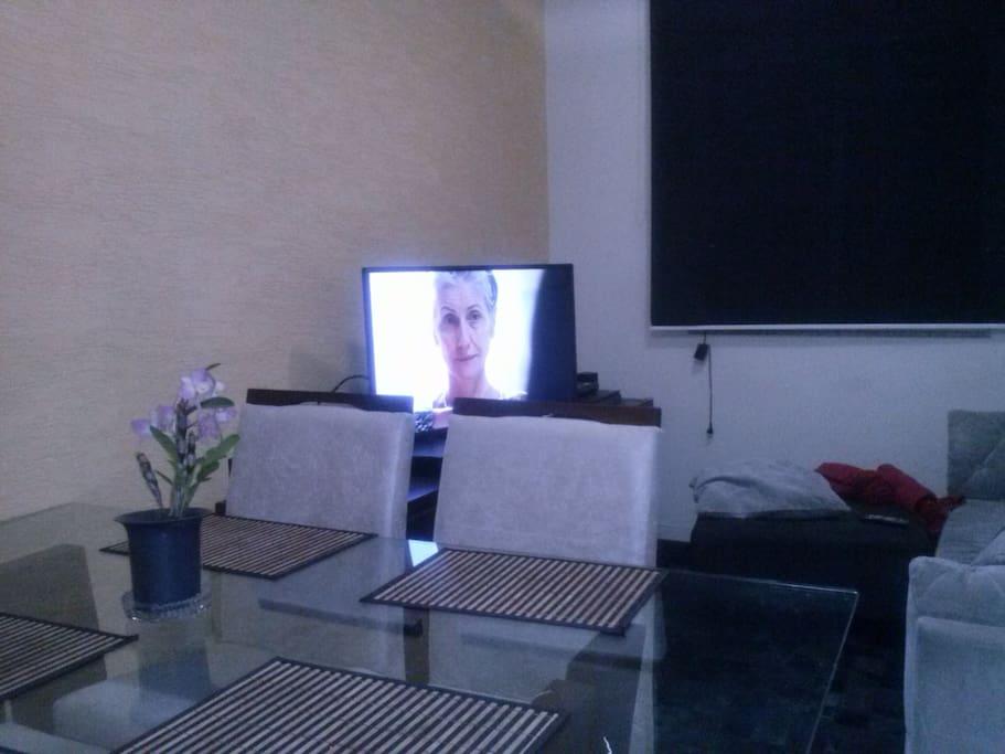 sala estar e jantar  smart tv 47 polegadas todos os canais disponiveis e net flix.