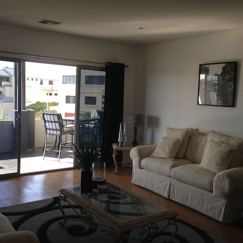 Close to harbour and beach - Mindarie - Stadswoning