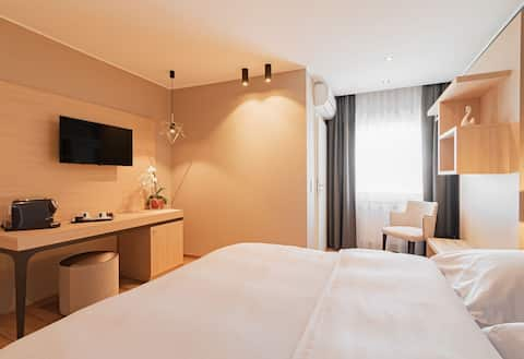 modern comfortable and spacious room with double bed, TV, bureau, moder disign, spacious shower, air condition, coffe machine ( coffe & tea), breakfast included, Wifi for free