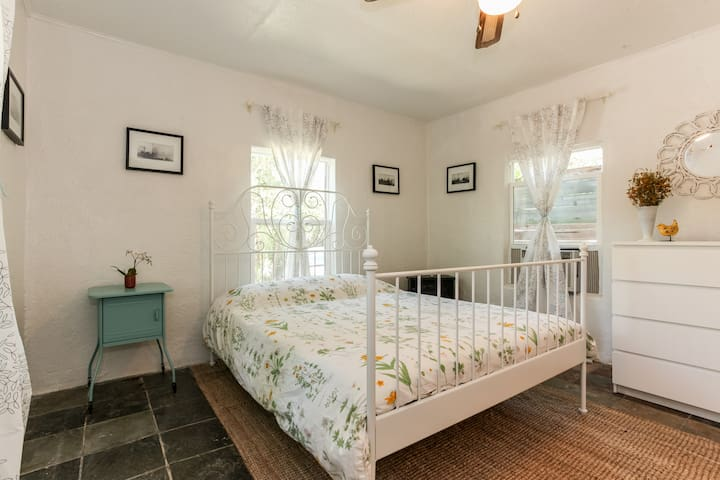 Historic & Eclectic Cottage on the Creek in 78704