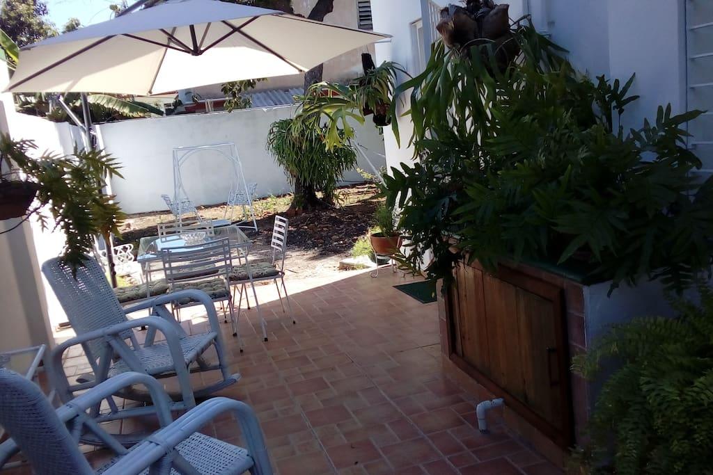 Amplia terraza y patio al aire libre.