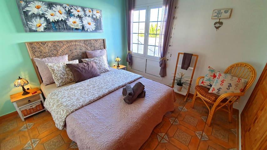 Sypialnia nr 2 z dużą zabudowaną szafą