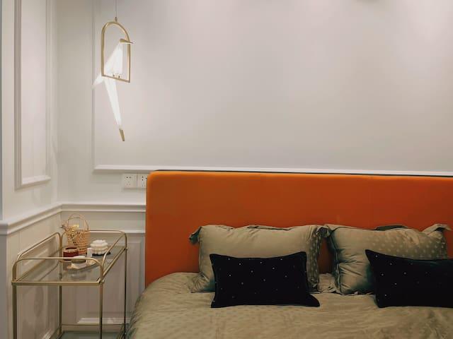 艺术家系列床头灯,床头柜可做简易餐车,USB插口、充电口若干,绝对够用。
