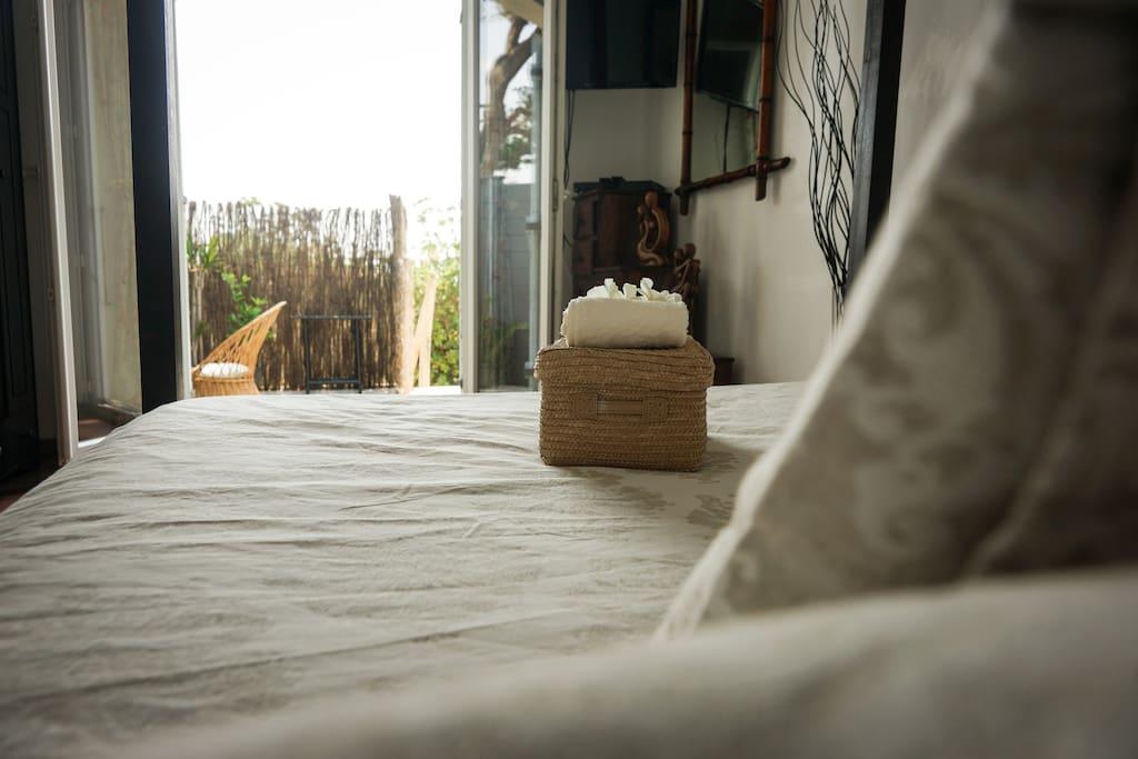 Vue de votre lit sur la terrasse privée et la mer.