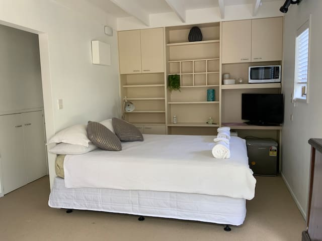 Sunny double room & ensuite close to city