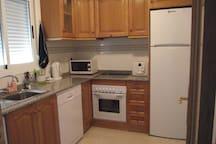 La cocina tiene encimeras de granito y electrodomésticos de fácil uso que incluyen lavavajillas y lavadora.