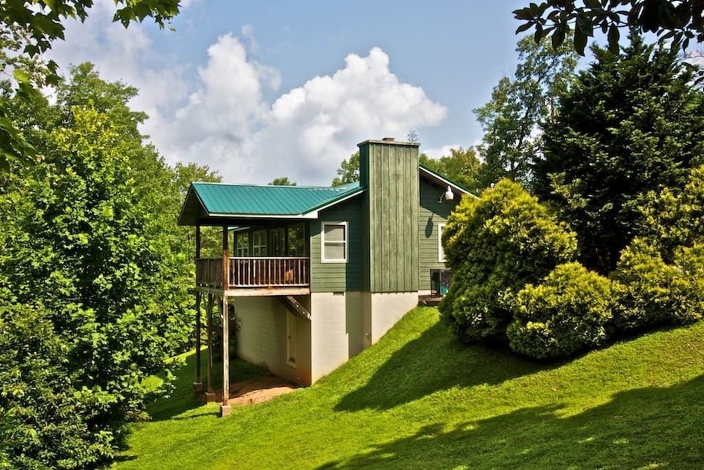 Peaceful Getaway in the Smoky Mountains at Crestview Chalet #1 Wooded Views and Minutes to Downtown Gatlinburg