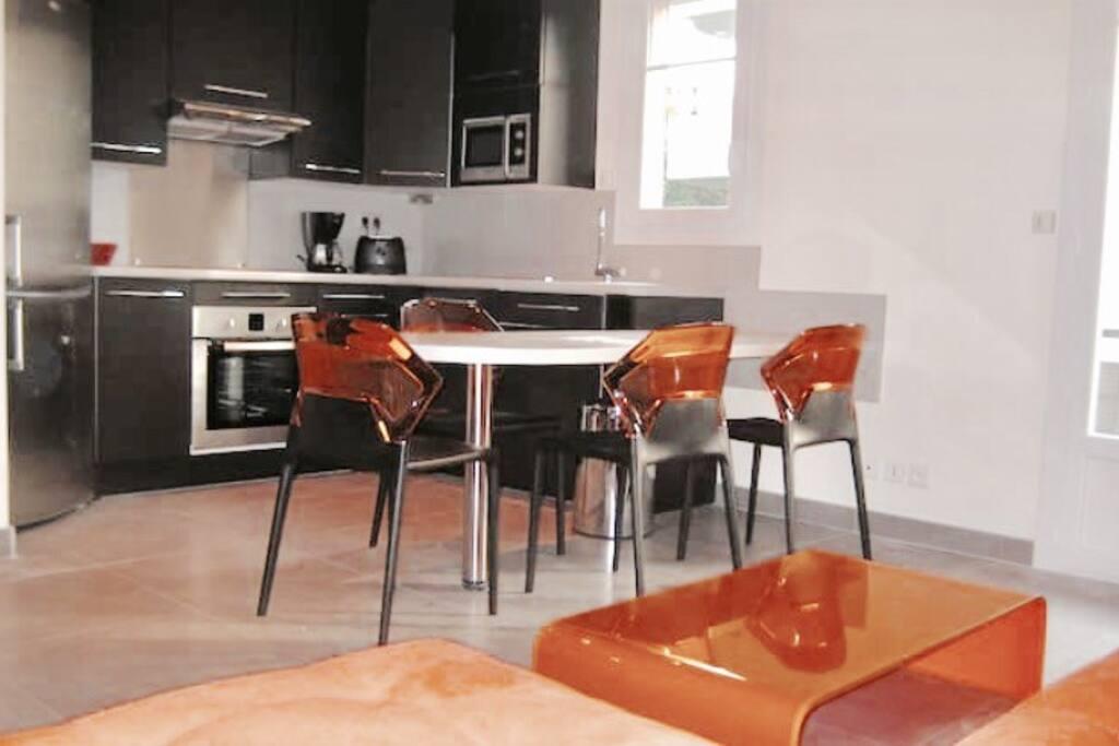 Cuisine équipée frigo ; four ; lave linge ; microonde ; grille pain cafetière ; lave vaisselle