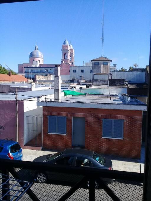 Desde el living comedor se puede observar la Catedral de Maldonado... ubicada a una cuadra del apartamento