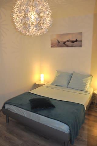 1ere chambre avec lit double , chambre à l'aveugle.