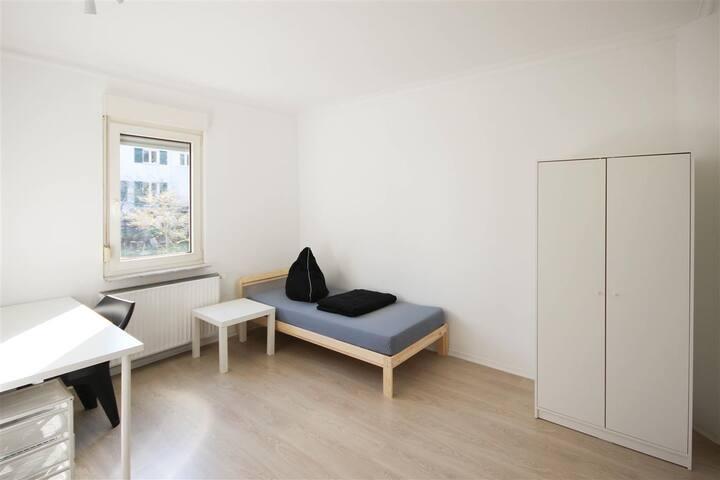 Stuttgart Möbliertes Zimmer 4er WG gute Anbindung