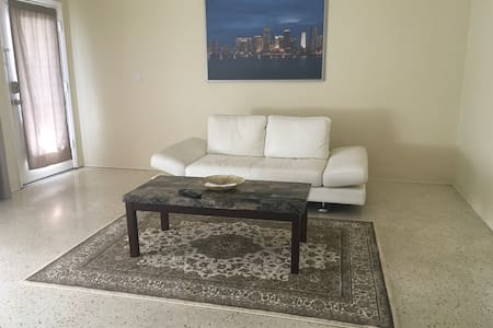 Condo located on canal ,walking distance to ocean - Miami Beach - Condominium