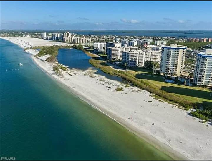 Condo in Ft Myers Beach! 30 ft to relax in sand
