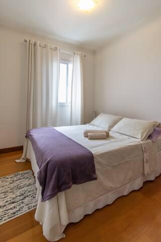 Quarto com confortável cama de casal. Quarto arejado e fresco para uma boa noite de sono