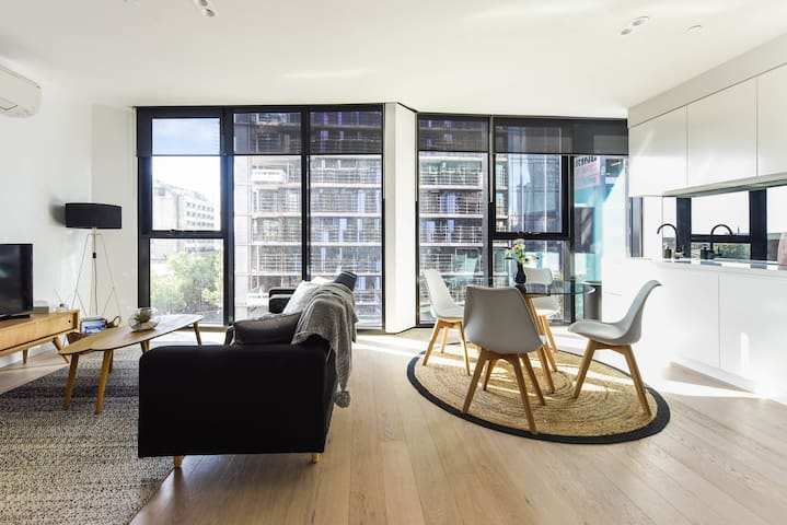 Clean, Modern Apartment in CBD
