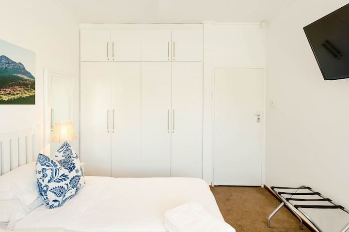 Bedroom for 2 guest. Lots of space to put your bags/luggage. Closets to hang your clothes
