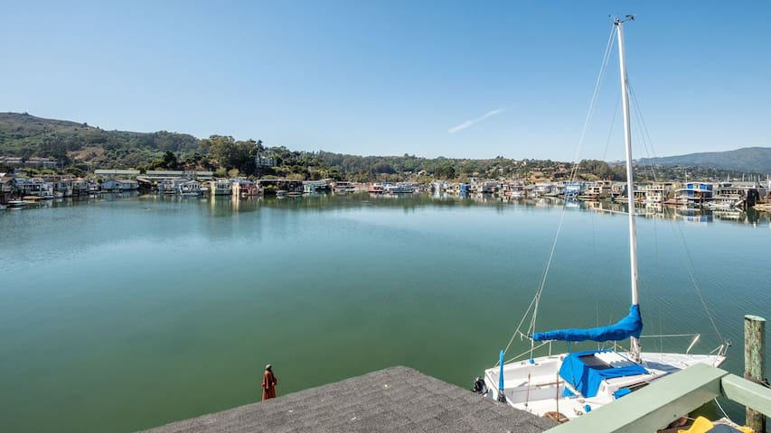 Magnificent Sausalito Houseboat in Deep Water