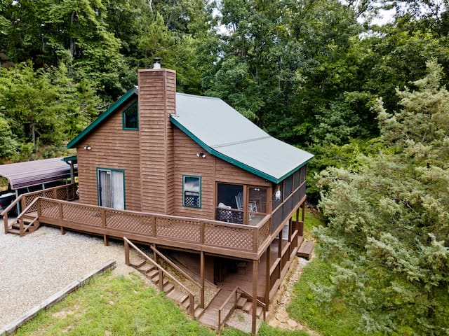 The Cabin Cove Pet Friendly cabin with creek frontage. 3 bedroom, internet