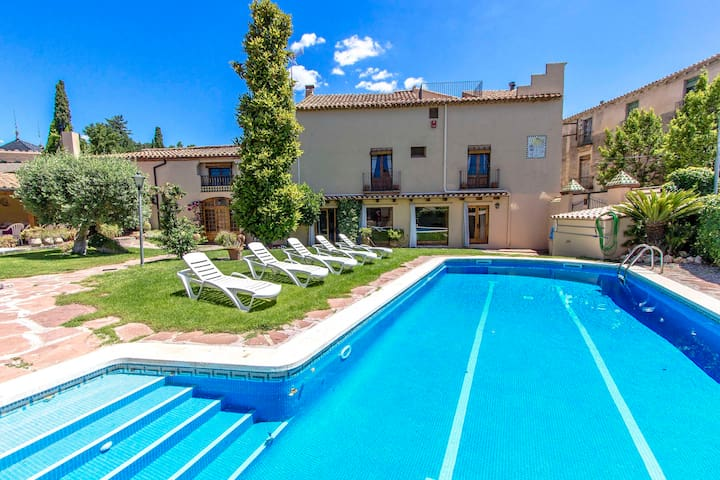 Catalunya Casas: Elegant Castellar villa 35km from Barcelona and a short walk to all amenities