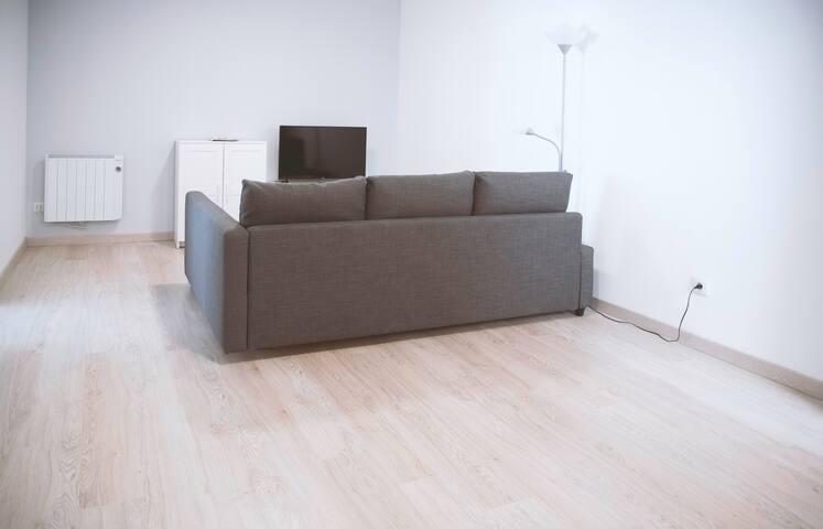 Amplio salón con TV de pantalla plana