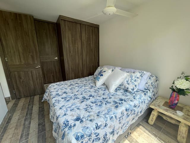 Alcoba principal con Baño privado, ventilador de techo, smart TV con cable, netflix, closet y aire acondicionado