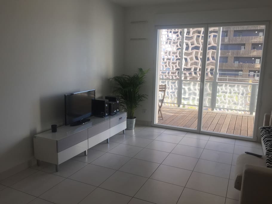Salon avec télé et chaîne hifi . Wifi