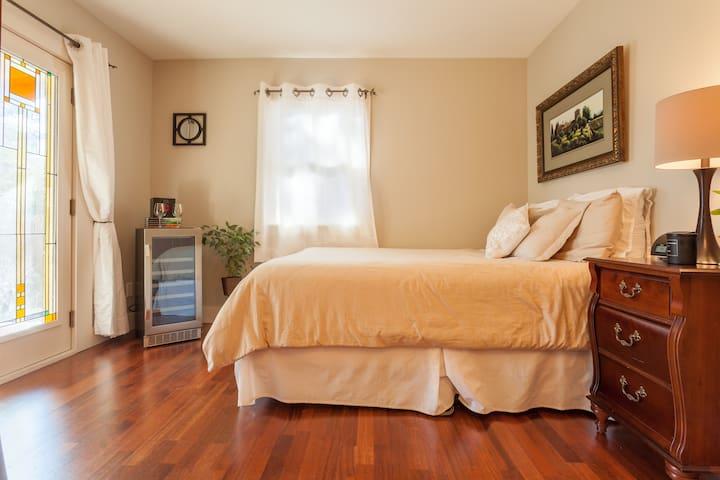 Zen, Queen Bed, Private entry, Ensuite Bathroom