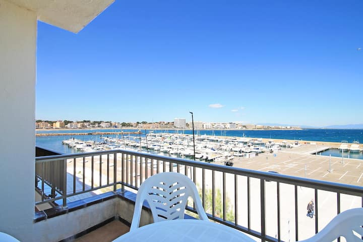 Meritxell: Front line apartment with marina view