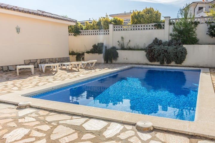 Fantastic holiday home with private swimming pool, 1.5 km from the beach