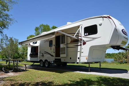 2011 34' Keystone Laredo 5th Wheel - Lithia - Campingvogn