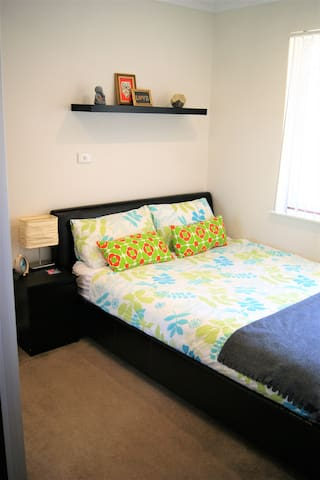 cosy and quiet room, queen bed - Padbury - Maison