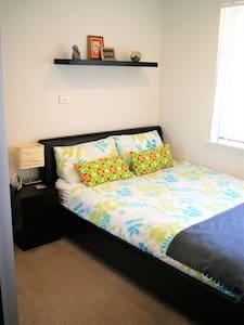 cosy and quiet room, queen bed - Padbury