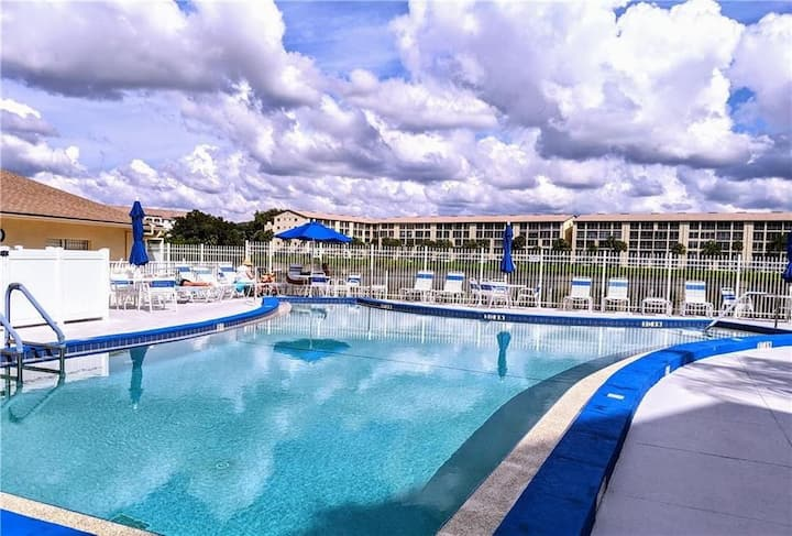 Cozy 2BR condo with pool & lake, 10 min to beaches