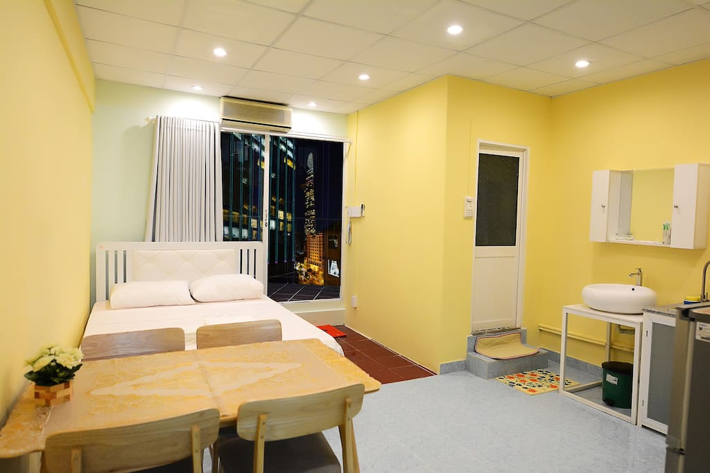 Spacious, airy room, about 30 square meters, located on the top floor of the house, 2 views overlooking the walking street, you can invite your guests, cook, eat at the table, or bring to the balcony to reward. There is a spacious balcony enough for 5 people to sit and enjoy the beer.
