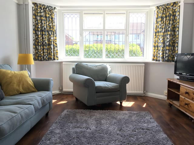 Spacious 3-bed family home in London's green belt. - Ashtead